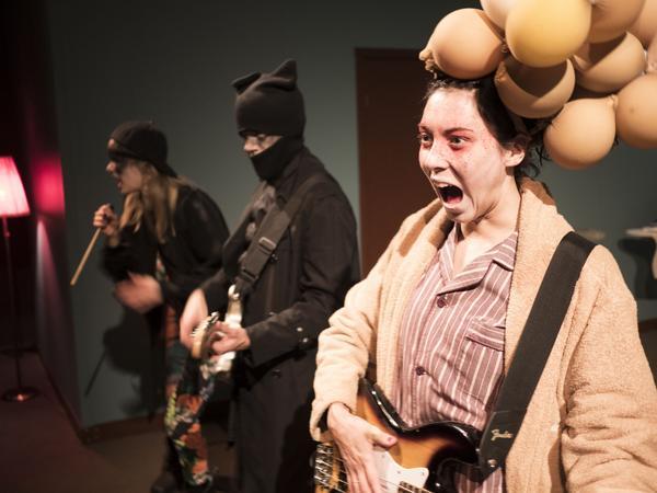 Rock'n'roll är en viktig ingrediens i föreställningen. Petra Heinänen, Victor Ström och Joséphine Wistedt lirar.