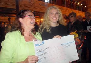 Olivia Yng tillsammans med Musikens Vänners ordförande Ann-Christine Backlund.