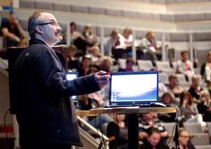 Kärlkirurgen  Lásló  Kosztyu  från Hudiksvalls sjukhus föreläser om blodkärlsoperationer inom dialysvården.