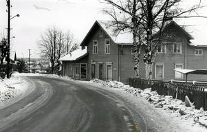 I slutet av 1970-talet fanns det fortfarande hus kvar på båda sidor om Islingbvägen. Bilden med gamla Konsum i förgrunden är tagen 1978.