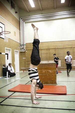 Cirkuspedagogen Oscar Polania står på händer.