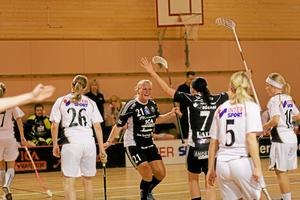 Mål! Linnea Ekstrand har gjort 2-0 till Silverstaden och uppvaktas av Helena Lundqvist. Foto: Niclas Bergwall