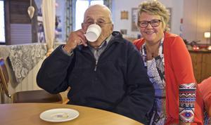 John Ryd från Funäsdalen passar på att ta en bulle och en kopp kaffe på Höstkafé på Fröjdvallen. Han uppsakttar att det finns ett kafé i Bruksvallarna under hösten.