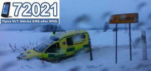Ambulansen körde ner i diket vid olyckan.