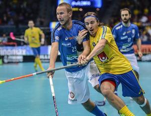 Alexander Galante Carlström i närkamp med Oscar Hänninen, Finland, under innebandy-VM i december.