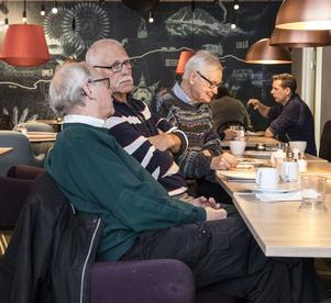 Varje träningpass avlsutas med en välförtjänt fika och samvaro. – Ibland kan det kännas som att det är för fikat många kommer hit, säger Bengt Pålstam.