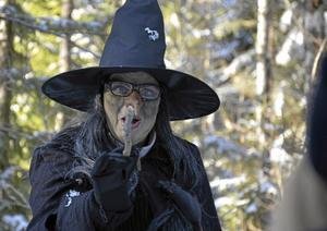 Den elaka häxan (alias Camilla Alstett) berättar för barnen att hon har tagit alla önskelistor och gömt dem i skogen.
