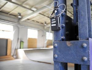 Inne i skejthallen har man satt upp pumpar som mäter om det finns spår av trikloretylen i luften.