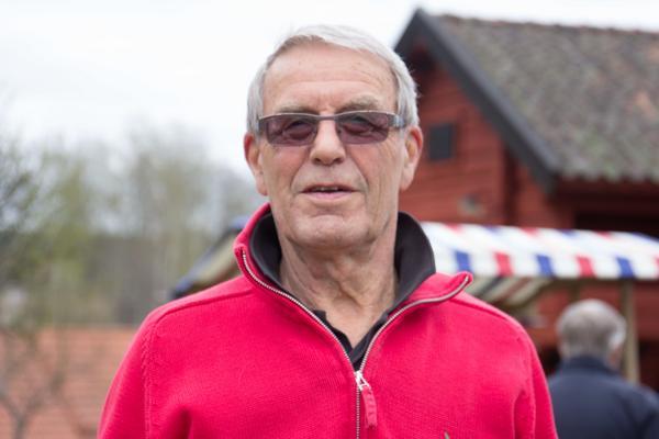 Åke Jäder gick runt på plantbytarområdet och tittade. Fyra tomatplantor fick följa med honom hem.