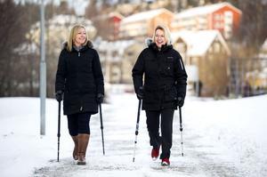 Lena Frejlin, t v, ute på stavgång tillsammans med Linda Ölund, som blir ansvarig för den organisation för utbildning som nu bildas.