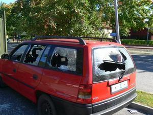 FÖRSTÖRT. Alla rutorna på bilen krossades.
