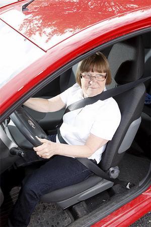 I Toyota Aygo hamnar bilbältet rakt över halsen på en kort förare.