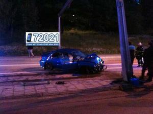 Våldsam krock. Trots att krocken blev våldsam klarade sig de fyra i bilen efter omständigheterna bra - endast två av dem fick lindriga skador.