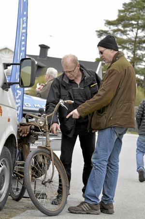 Motorprat. Erik Persson och Sven Persson i samspråk.