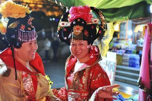 Klädd som en kejsarinna. Ett kvällsnöje i Xian bland besökande kvinnor är att klä ut sig till äldre tiders adelsdamer.