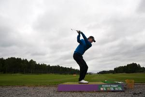 Philip Eriksson och hans lagkamrater i Hallstaviks Golfklubb möter åtta andra lag i kampen om en plats i nästa års division 1. Seriespelet i Hallstavik inleds på fredagen och avslutade dagen därpå.