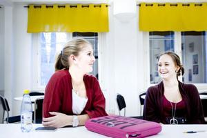 """Hanna Klaar och Fanny Olsson går första året på Thoren Business School och är positivt inställda till att skolan blockerat Facebook. """"På lektionerna är det bra, annars blir det att man sitter där"""", säger Hanna. Däremot tycker de att det är lite jobbigt under håltimmarna, då Facebook var ett tidsfördriv."""