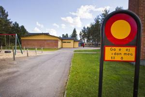 Trots skyltningen har Gärdeåsskolan problem med farlig trafik på skolområdet under eftermiddags- och kvällstid.