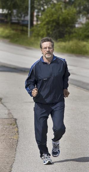 Här kommer han! På bilden ser det visserligen ut som Åke Hemphälä springer, men det är en eftergift åt fotografen. En ledbandsoperation i december har fram till nu omöjliggjort allt springande. Men snart är Åke på gång igen.