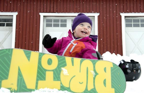 Elly är 14 månader och hon har redan lärt sig åka snowboard.