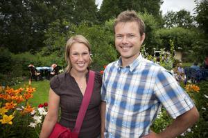 Maria Jalakas, Falun och Fredrik Tjärneld, Uppsala har precis kommit till trädgården.– Det ser jättefint ut. Kul att det är massa folk.