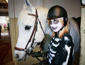 """Anna Sköldulf och hästen Arrow var ett av tio ekipage som var med i ponnykadriljen. """"Jag är lite nervös men Arrow är en toppenhäst, sa Anna strax innan uppvisningen."""
