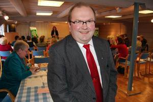 Ensam man. Kenneth Johansson, ordförande i socialutskottet pratade vård och äldreomsrog under Centerkvinnornas distriktsstämma.