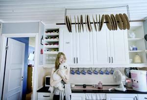 Gammaldags upphängning för brödkakor med hjälp av ett kvastskaft och en kedja.