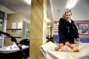 Utan antibiotika. Lilla Molly Sjöström är antibiotikafri. Hennes mamma Sofia Sjöström vill försöka att hon ska förbli det. Bild: Håkan Risberg