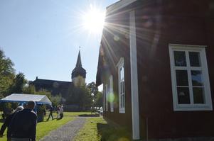 Solen sken över skolan och kyrkan i Hackvad på söndagen.