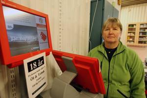 """Märtha Ljungkvist på Vemhåträffen ser servicen som en viktig del av butikens verksamhet. """"Vi har många stamkunder som gör sitt stryktips och köper sina lotter.""""Foto: Håkan Degselius"""