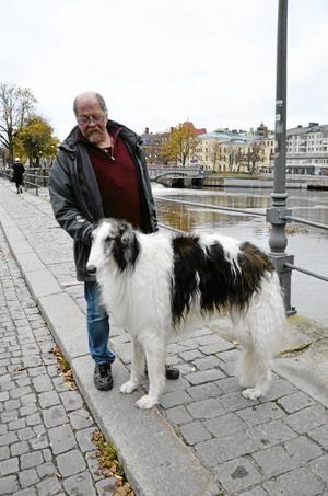 På promenad. Lars Granquist och hans Patron.BILD: ANDERS ERKMAN