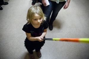 Nora Henriksen, 6 år, från Söderala fick fokusera rejält när hon försökte få napp i fiskdammen. Vad det var i påsen? En jojjo.