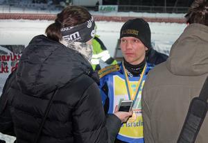 Segraren Niclas Svensson intervjuas av NT-sportens Jessica Eriksson.