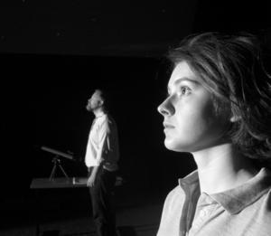 Björn Forsberg och Matilda Blomquist i Månen närmar sig.
