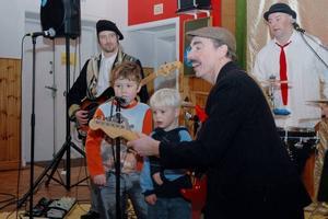 """UPPTRÄDANDE. Malte och Erik sjunger om Sjörövar Fabbe ihop med """"Häjkån Bäjkån"""" (Tomas Forsell) och hans musiker """"Breven"""" (Nicklas Brevestedt och """"Kubben"""" (Berndt Baumgartner)."""