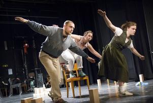 Erik Bergström, Anna Bontha och Erika Lindqvist tar sig an den svenska identiteten och dess olika symboler och schabloner i musik- och dansföreställningen Fosterland.