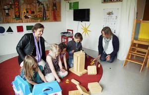 Annelie Lindeberg och  Anna-Lena Dahlqvist leker med Michelle Bergström, Alice Kornijenko, Mattis Andersson och syskonen Bayena och Zubair Ali Zada.