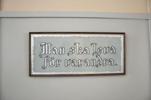 VACKRA ORD. På väggen i kyrksalen hänger en gammal tavla med ett vackert ordspråk.
