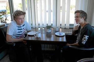 Nöjda. Simon Alfredsson och David Lindström tycker att det varit intressant att få ett studiebesök på ett bageri. Om det ny blir yrkesvalet i framtiden är inte säkert, men skulle kunna tänka sig jobbet åtminstone ett tag. Foto: Veronica Svensson