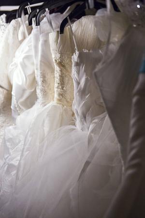 Ett gäng brudklänningar finns också att hyra.