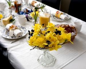 Blickfång. Mötet mellan alkottar och påskliljor gör en fin kontrast. Gör något annorlunda och lägg blommorna i en skålpå fot.