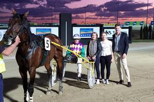 Vi med den svenska hästen Kvintet Avenger som vinner mycket i Australien.