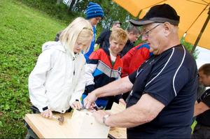 Sissel Westlund från Svenstavik får hjälp av representanter från Svenska jägareförbundet att bygga en fågelholk.