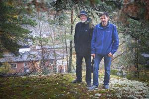 Carl-David Sundstedt och Lars-Örjan Kling är aktiva i Kummelvägens grannsamverkan. De har skrivit till kommunen med en vädjan om att inte fullfölja planerna om att bygga på bergskanten där de står eftersom de befarar höghus inpå villaknutarna.