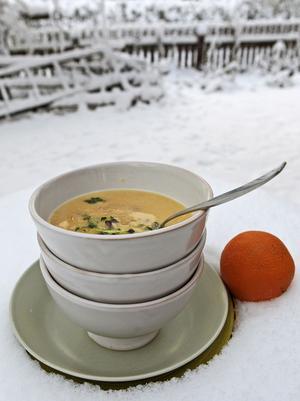 Vintersoppor ska vara rykande heta när de serveras i förvärmda portionsskålar.