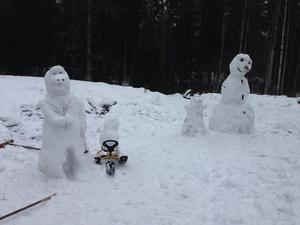 Barnen visade stolt upp sina gubbar på gården.