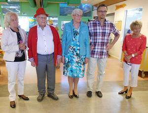 Kerstin Ulander, Karl-Erik Lind, Inger Jonasson, Bo-Ingemar Johansson och Lola Karlsson efter avslutad modevisning.   Foto: Alf Sundin