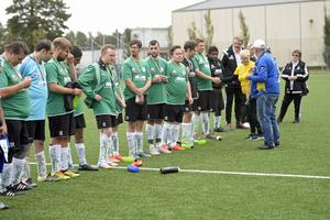Flera lag från andra städer var på besök. Här tar spelarna i Romfartuna GIF United emot sina medaljer.
