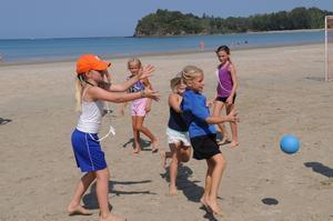 Gymnastiksalen har bytts ut mot den varma sanden på Klong Daa, här kör man hårda lektioner några timmar i veckan.